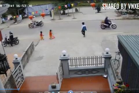 Sang đường một mình, bé trai bị xe máy tông văng xa cả mét