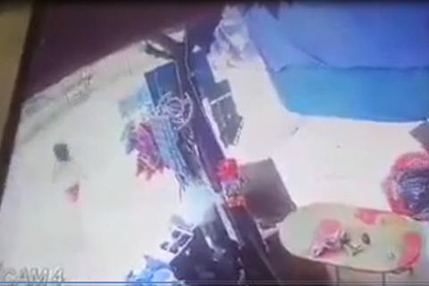 Bé gái vô tư chạy sang đường bị xe tông