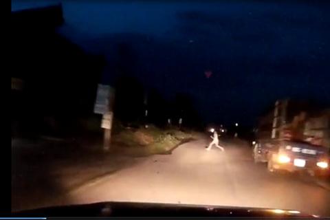 Bé gái sang đường suýt đâm vào đầu ô tô