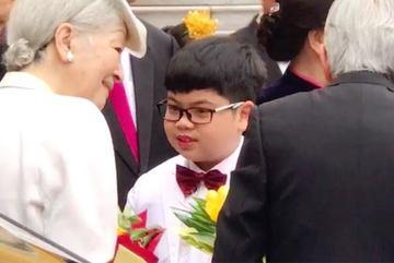 Cậu bé Việt Nam tặng hoa cho Nhà vua và Hoàng hậu Nhật Bản