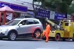 Nữ tài xế kéo luôn xe cẩu cưỡng chế vi phạm giao thông