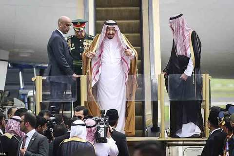 Vua Ả Rập bước xuống từ máy bay dát vàng