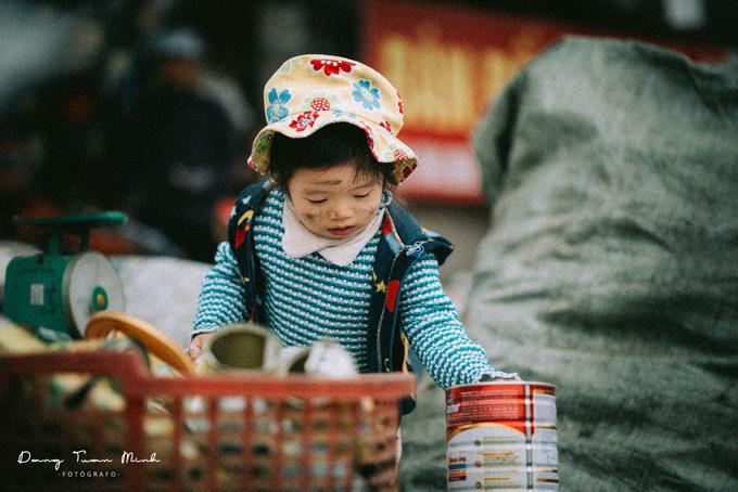 Cô bé 3 tuổi theo mẹ đi nhặt rác thu hút độc giả mạng