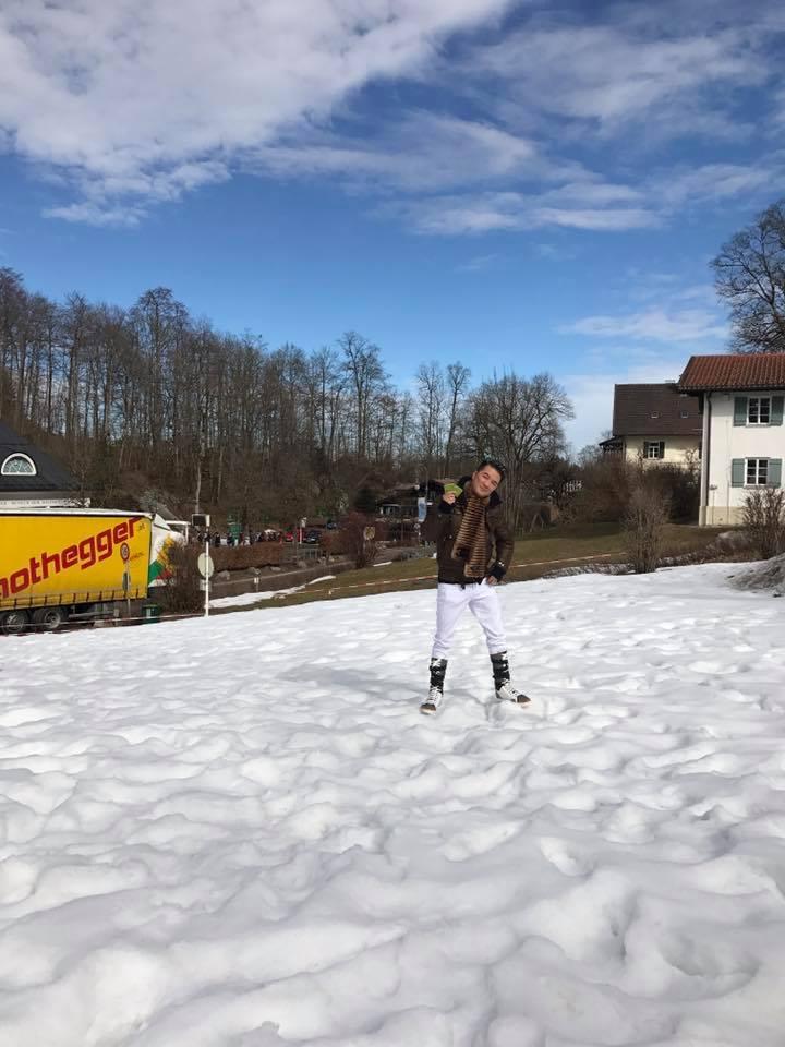 Đàm Vĩnh Hưng mặc giá lạnh, tự quay clip tuyết rơi tặng fan