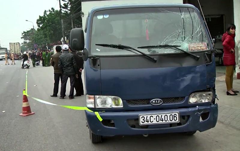Xe tải mất lái, húc văng 5 em học sinh ở Hưng Yên