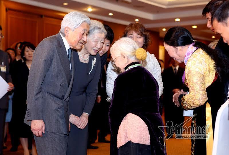 Cuộc gặp xúc động của Nhà vua với thân nhân cựu binh Nhật