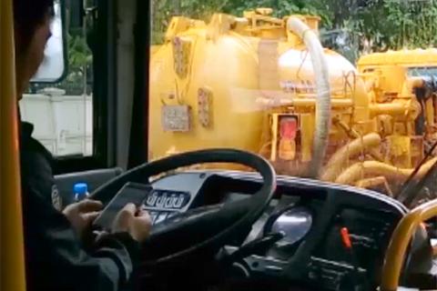 Vừa lái xe buýt vừa lướt web trên chặng đường dài