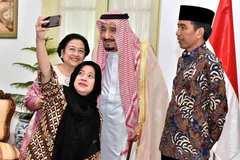 Vua Ảrập chăm chỉ chụp ảnh chuyến công du châu Á