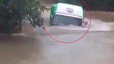 Xe tải lội nước như tàu ngầm khiến nhiều người kinh ngạc
