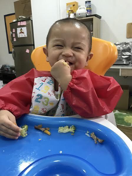 Mẹ Việt ở Singapore đòi quyền lợi cho con khi cậu bé thuận tay trái