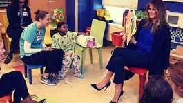 Bà Trump tới bệnh viện đọc sách cho các em nhỏ