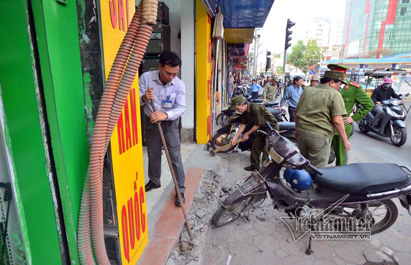 Cán bộ phường mang búa tạ đập bỏ vỉa hè Hà Nội