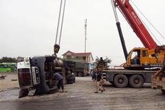 Hà Tĩnh: Thi thể người đàn ông kẹt dưới thùng xe container