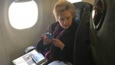 Hillary mặt lạnh lùng khi đọc tin về phó Tổng thống