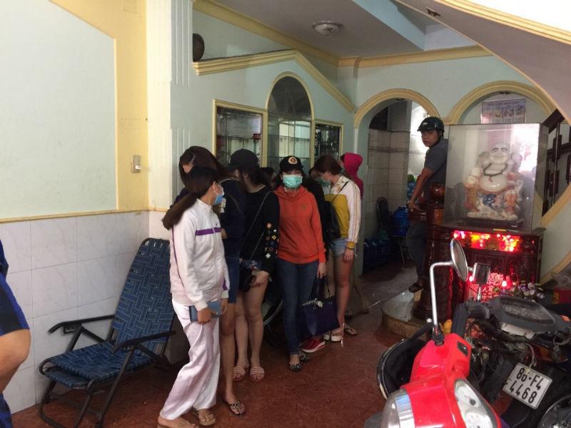 """Tiệm hớt tóc có tiếp viên thoát y """"vui vẻ"""" với khách ở Sài Gòn"""