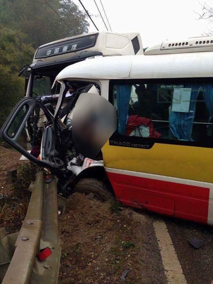 Xe buýt đối đầu xe tải: 1 người chết, 8 người bị thương