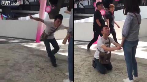 10 clip 'nóng': Thanh niên quỳ gối giữa đường trước bạn gái