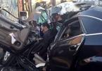 Audi siêu sang bị xe tải đâm bắn vào tường bẹp dúm