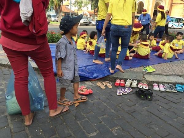 Cậu bé lượm ve chai xếp giày cho bạn đi dã ngoại