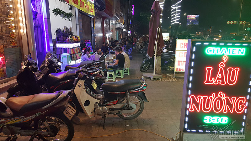 Có ở đâu như Hà Nội, quán bia bịt kín vỉa hè