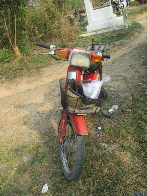 Người đàn ông chết bất thường cạnh xe gắn máy trong nghĩa địa