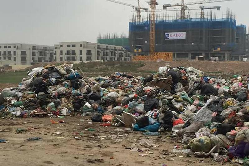 Hà Nội: Đổ trộm hơn 30 tấn rác hôi thối sát nhà dân