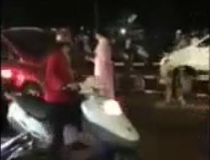 Chặn đầu ô tô, người phụ nữ gây ùn tắc vì hành động khó hiểu