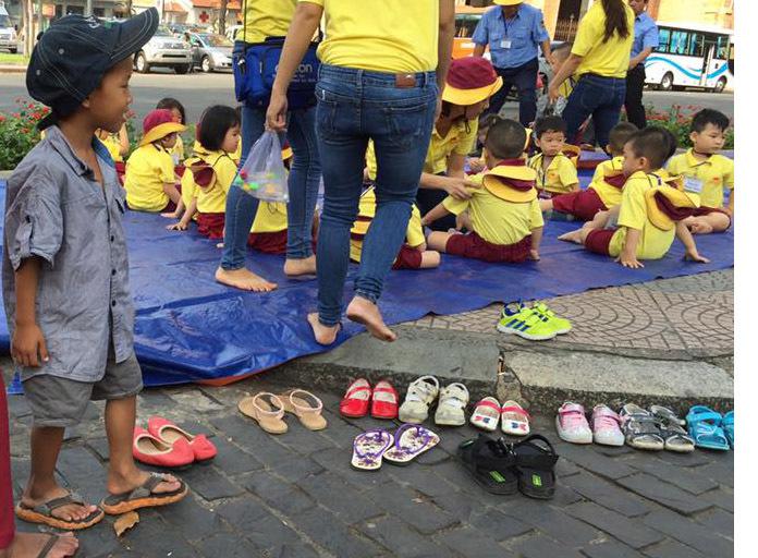 Cậu bé lượm ve chai xếp giày cho bạn đi dã ngoại được nhận học miễn phí
