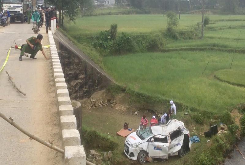 Taxi rơi khỏi cầu lúc giữa đêm, 6 người thương vong