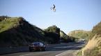 Mô tô bay trên không qua cao tốc khiến người đi đường hoảng sợ