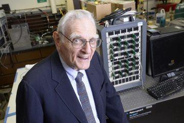 'Cha đẻ' pin Lithium-Ion tạo ra pin mới tốt gấp 3 lần