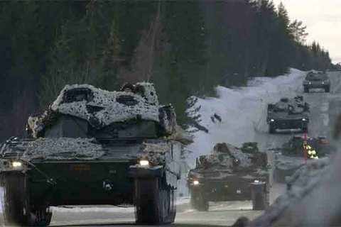 Xe tăng, máy bay NATO quần thảo gần biên giới Nga