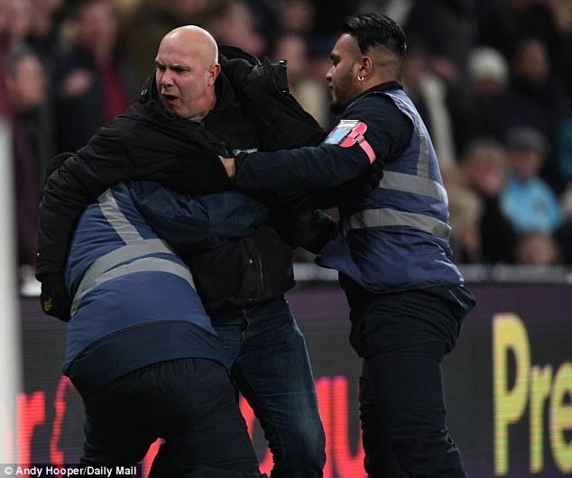 Hazard suýt no đòn vì 'xé lưới' West Ham