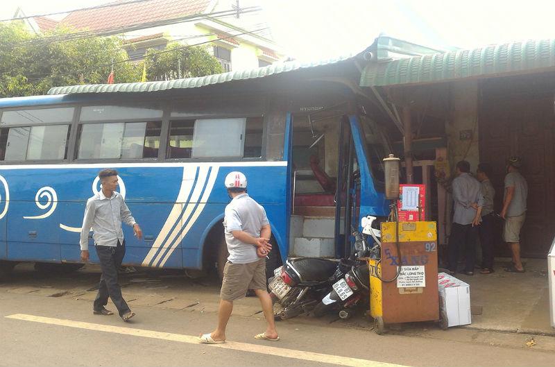 Xe khách đâm sập quán cà phê, hai phụ nữ bị thương nặng