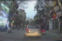 Đi ô tô sang, vô tư xả rác ra đường