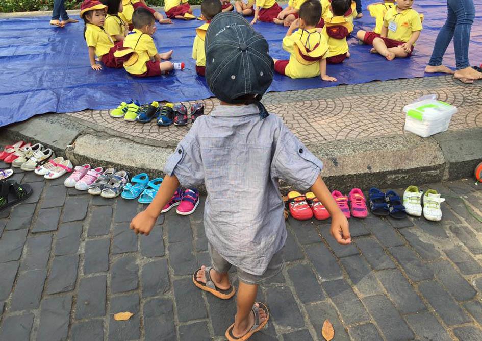 Cậu bé lượm ve chai xếp giày cho bạn đi dã ngoại hôm nay tới lớp
