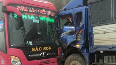 Ôtô khách chở 20 người tông trực diện xe tải trên quốc lộ