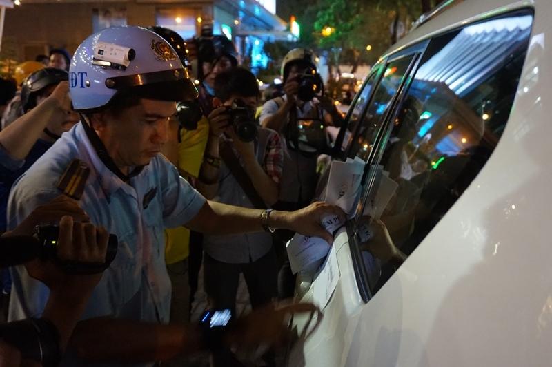 Nửa đêm quận 1 cẩu xe biển ngoại giao chiếm vỉa hè