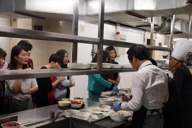 8/3: Bầu Hiển hôn vợ, ông Trịnh Văn Quyết vào bếp khiến nửa thế giới 'tan chảy'
