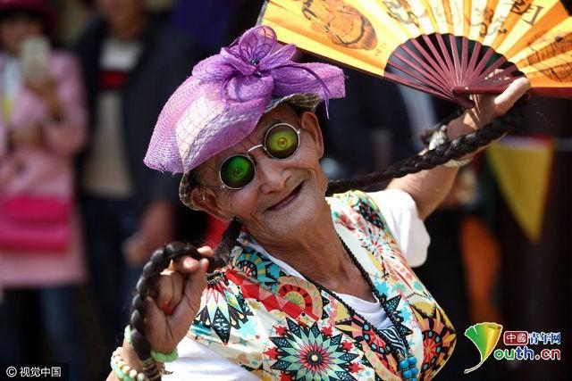 mẹ già, cải trang, Trung Quốc
