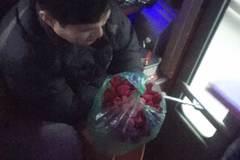 Bức ảnh người đàn ông nghèo trên xe khách khiến chị em xúc động