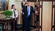 Ông Trump bất ngờ gặp khách thăm Nhà Trắng