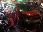 Clip: Ô tô mất lái đâm hàng hàng loạt phương tiện, 6 người bị thương ở Hà Nội