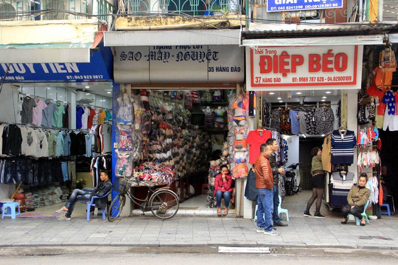 Hà Nội: Vỉa hè quang đãng, quán xá đìu hiu trước giờ G