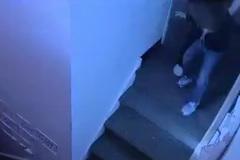 Bé 4 tuổi bị bảo mẫu hất ngã dúi dụi xuống cầu thang