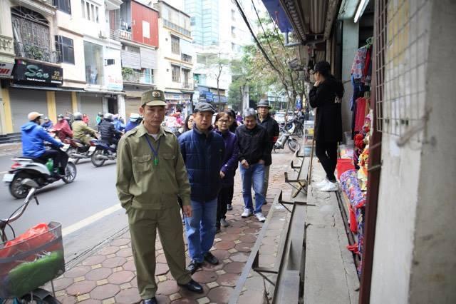 Máy xúc dẹp vỉa hè Hà Nội, nhà nhà gọn ghẽ