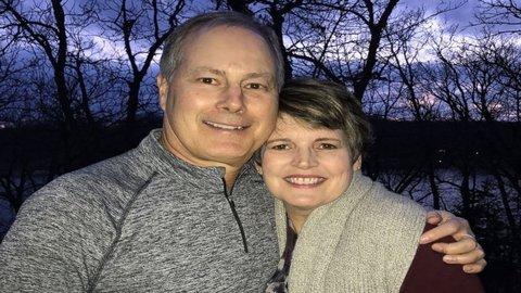 Người đàn ông quỳ gối, cầu hôn sau khi vợ phẫu thuật ung thư
