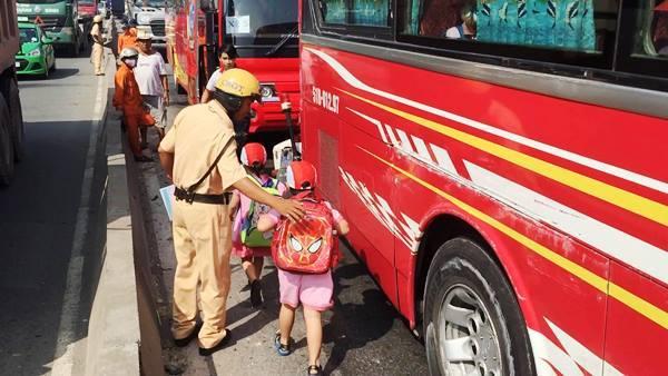 TPHCM, xe khách, xe ben, hàng chục trẻ mầm non, khóc thét, tai nạn giao thông, xa lộ Hà Nội