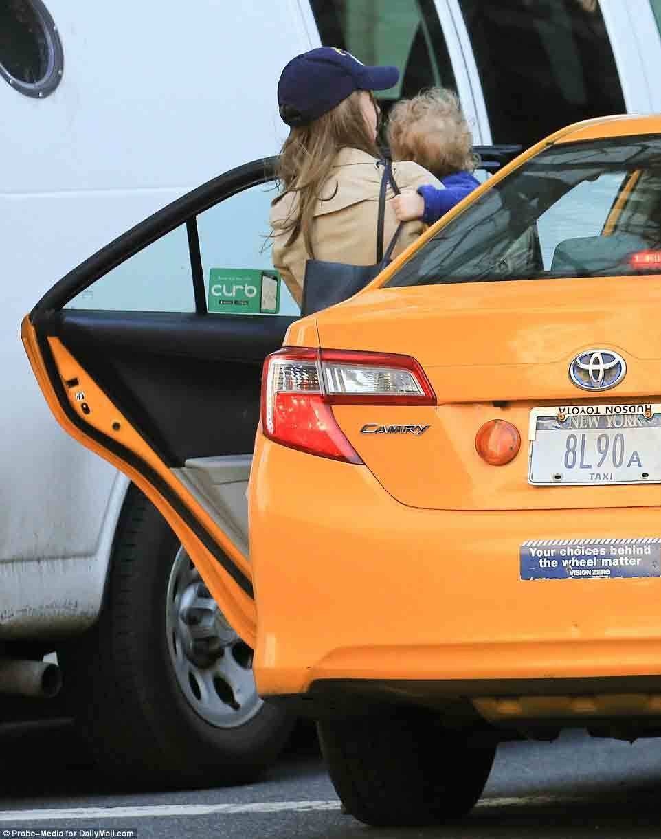 Ái nữ nhà Clinton bị bắt gặp đón taxi đưa con đi học