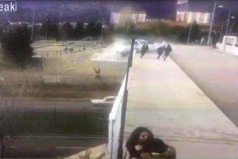 Cú drift hỏng, ôtô tông bay 2 học sinh, lao thẳng xuống chân cầu lật ngửa